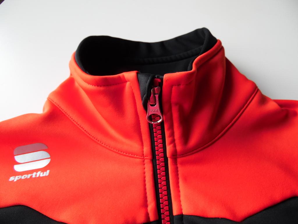 042a72bee Materiał z którego wykonana jest kurtka charakteryzuje się dużą  elastycznością - w żaden sposób nie ogranicza ruchów. Dość ważnym aspektem  podczas zimowych ...